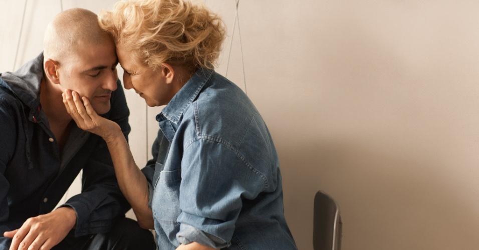 """Reynaldo Gianecchini e sua mãe Heloísa posam para a exposição """"Eternamente Mãe"""", em São Paulo (26/4/2012)"""