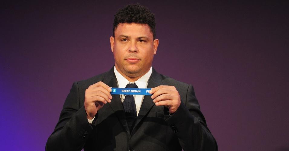 """Ronaldo participou do sorteio dos grupos de futebol para Londres-2012. O Fenômeno afirmou que foi """"mão quente"""" para o Brasil"""
