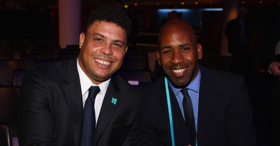 Ronaldo sorri e posa para foto ao lado do DJ Spooney