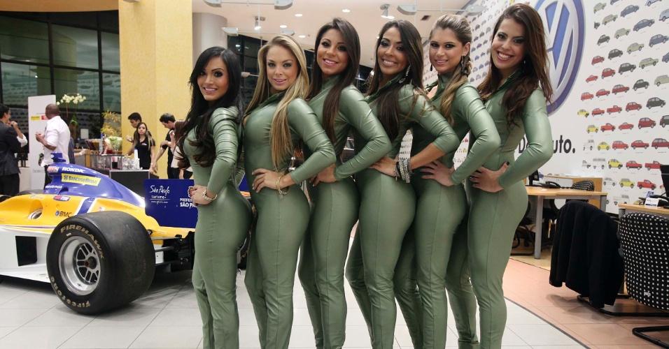 Seis candidatas a gata da Fórmula Indy posam para foto