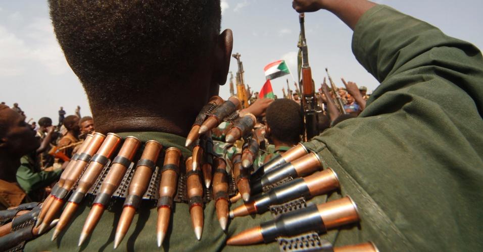 Soldados sudaneses empunham rifles durante a visita do presidente do Sudão, Omar al-Bashir, a Heglig