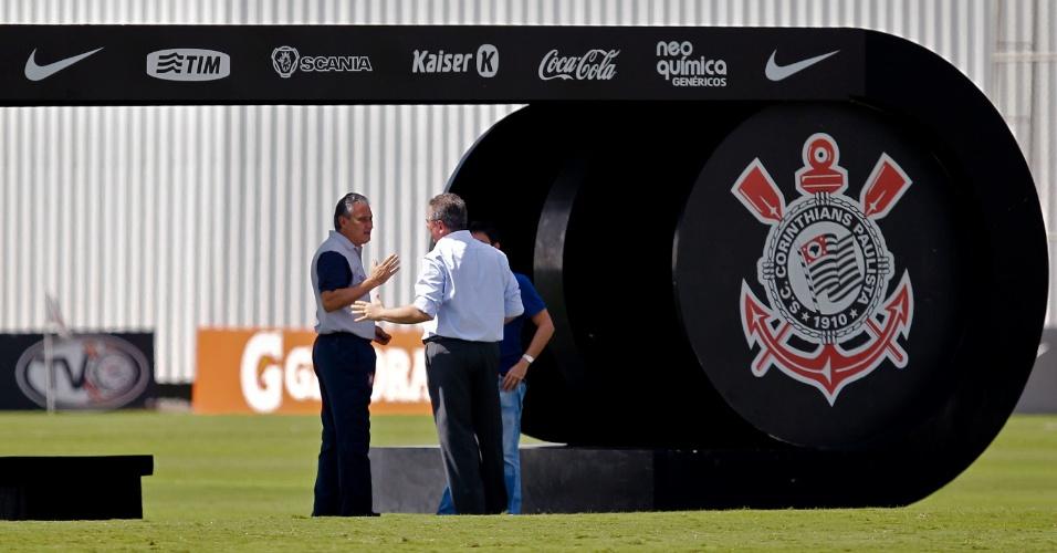 Tite conversa com Mário Gobbi, presidente do Corinthians, no primeiro treino após a eliminação no Paulista