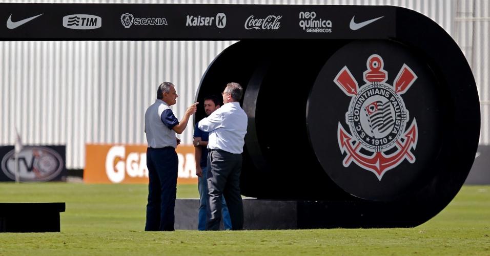 Tite conversa com o presidente do Corinthians, Mário Gobbi, após o treino