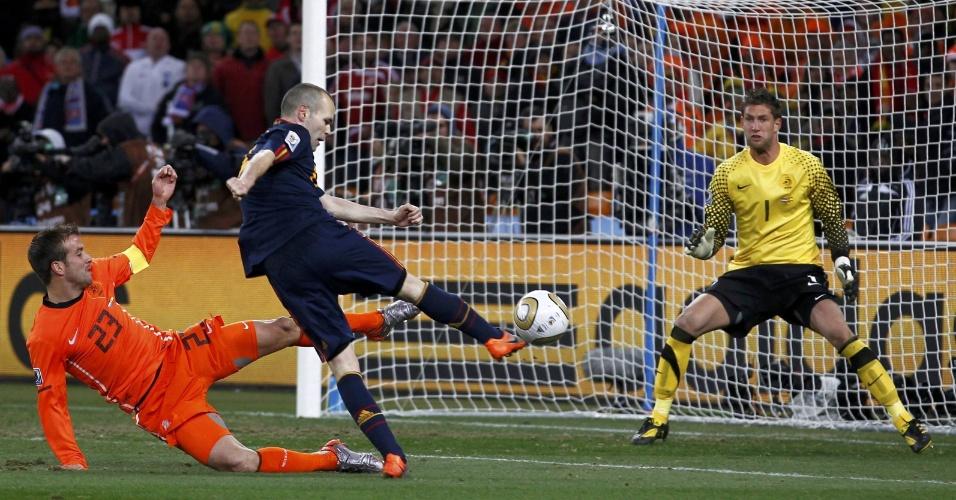 Andrés Iniesta (de azul) chuta para gol do goleiro holandês Marteen Stekelenburg (de amarelo) na final da Copa do Mundo, no Soccer City, em Johannesburgo (11/07/2010)