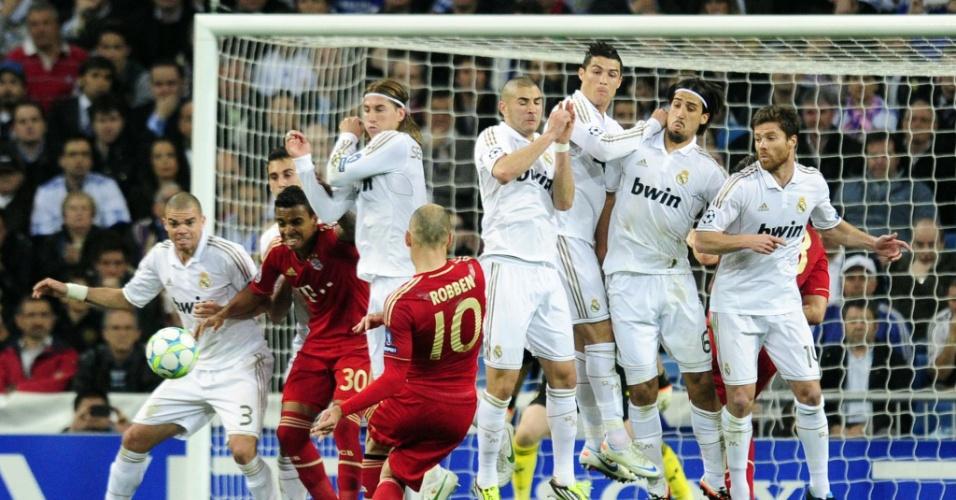 Arjen Robben arrisca cobrança de falta contra Real Madrid, pela semifinal da Liga dos Campeões