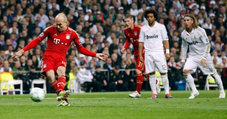 Arjen Robben bate pênalti para diminuir a vantagem do Real Madrid contra o Bayern de Munique
