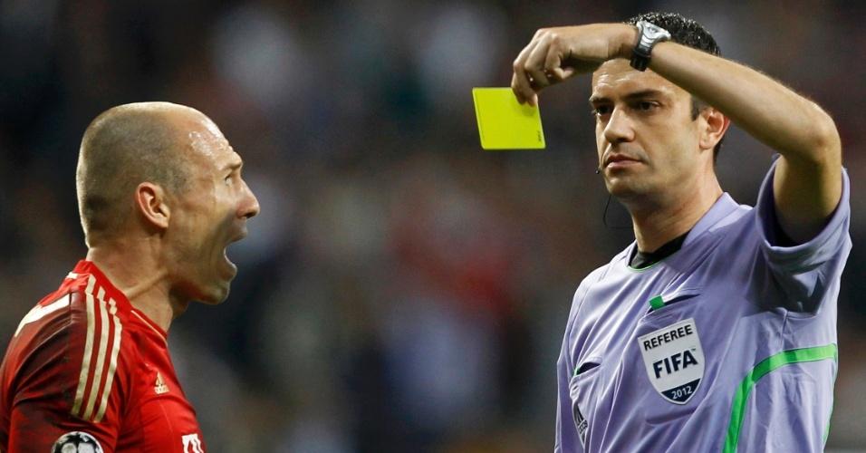 Arjen Robben reclama de cartão amarelo recebido no final do segundo tempo