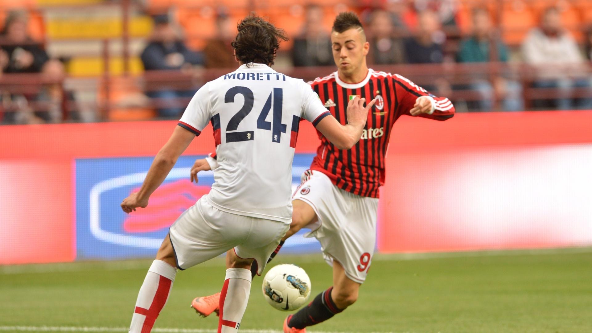 Atacante El Shaarawy tenta passar pela marcação de Moretti no duelo entre Milan e Genoa, pela 33ª rodada do Italiano