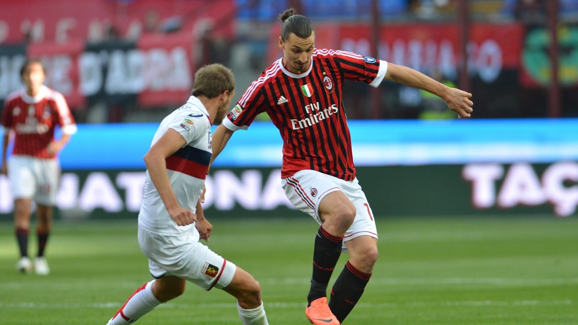 Atacante sueco Ibrahimovic domina a bola na frente do marcador em duelo entre Milan e Genoa, pelo Campeonato Italiano