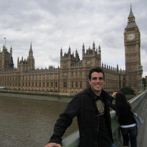 Bruno Fratus, nadador brasileiro, posa à frente do Big Ben, em visita a Londres