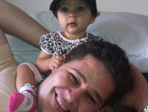 Cantor Pedro Leonardo com a filha, Maria Sophia