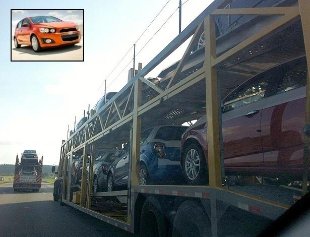 Caminhões-cegonha transportam o Chevrolet Sonic em rodovia de São Paulo, em 23 de abril - Denis Vinicius Vieira/UOL