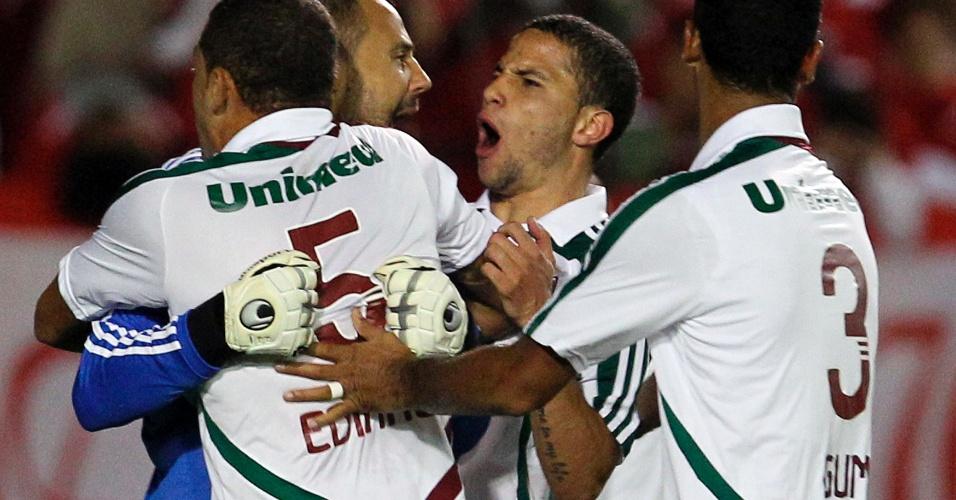 Diego Cavalieri é abraçado pelos companheiros ao pegar pênalti na partida entre Internacional e Fluminense (25/04/12)
