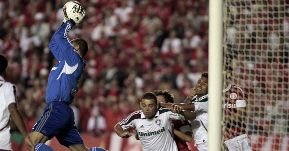 Diego Cavalieri faz a defesa para o Fluminense na partida contra o Internacional (25/04/12)