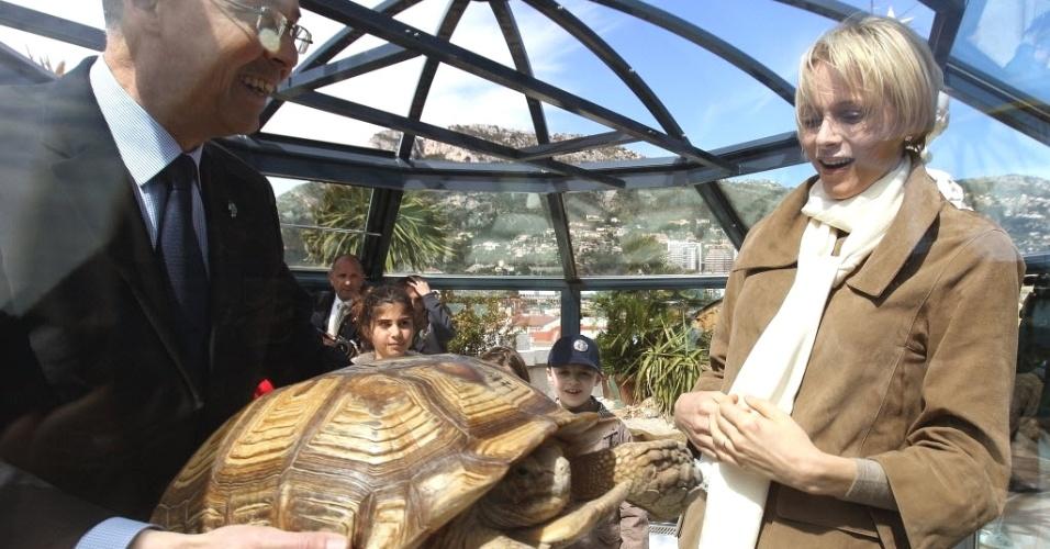 Diretor do Museu Ocêanico, Robert Calcagno (esquerda), exibe tartaruga do Mali à princesa Charlene de Mônaco, durante inauguração de área de preservação das tartarugas no principado