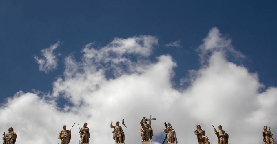 Estátuas no topo da Basílica de São Pedro são vistas durante a audiência geral com o Papa Bento XVI no Vaticano