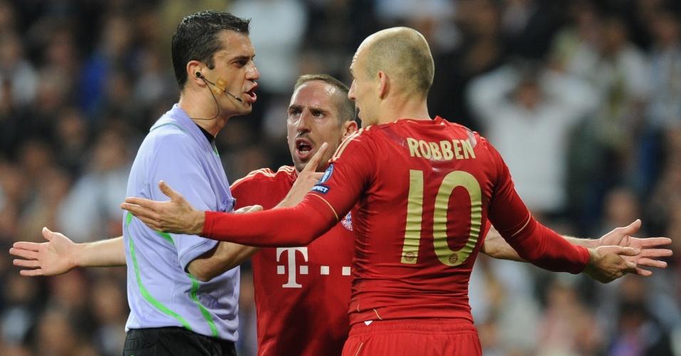 Franck Ribery e Arjen Robben, do Bayern Munich, reclamam com o árbitro da partida