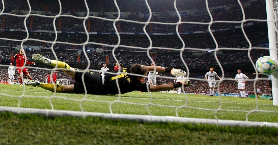 Goleiro Iker Casillas se estica mas não consegue evitar o gol de pênalti de Arjen Robben