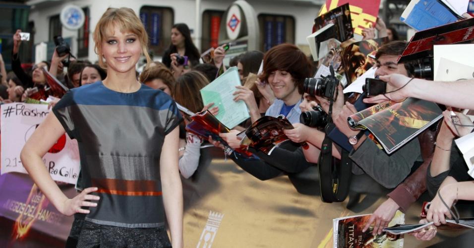 """Jennifer Lawrence posa ao lado de fãs em Madri, onde ela foi promover o filme """"Jogos Vorazes"""", do qual ela é protagonista"""