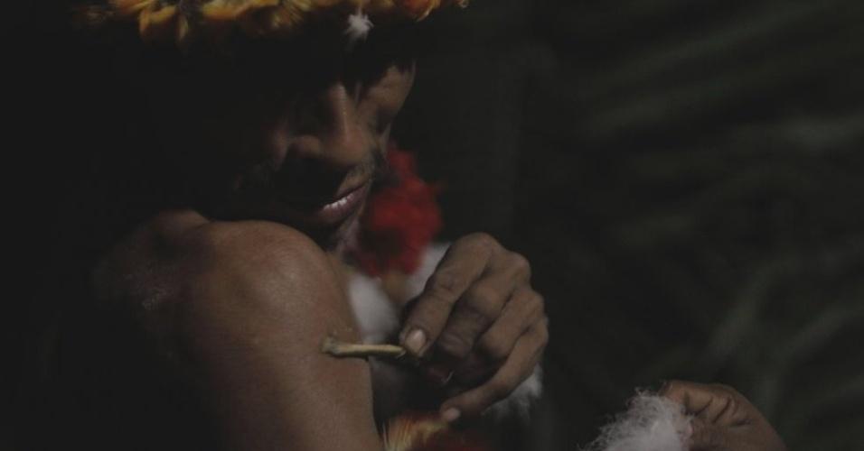 Mulheres Awá decoram os homens para um ritual chamado karawara, no qual eles entram em um estado de transe para tentar se comunicar com espíritos ancestrais