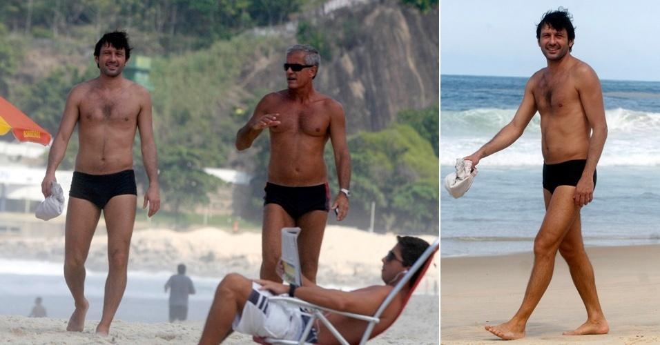 O ex-jogador de futebol Leonardo caminhou pelas areias do Leblon, no Rio, na manhã desta quarta-feira (25/04/12). Acompanhado de um amigo, o ex-jogador sorriu ao perceber a presença do fotógrafo