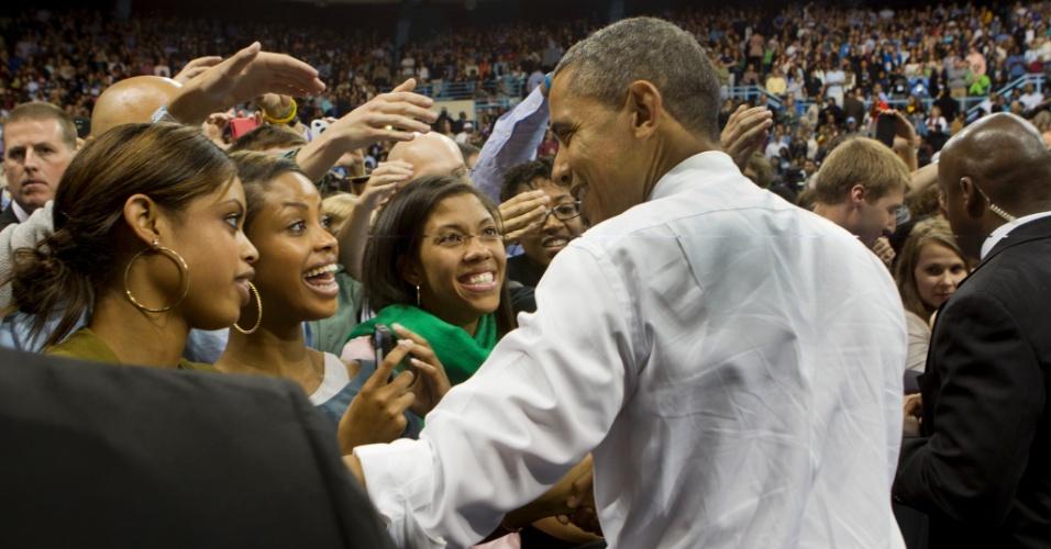 25.abr.2012 - Presidente dos Estados Unidos, Barack Obama, candidato democrata à reeleição, cumprimenta estudantes em universidade de Iowa