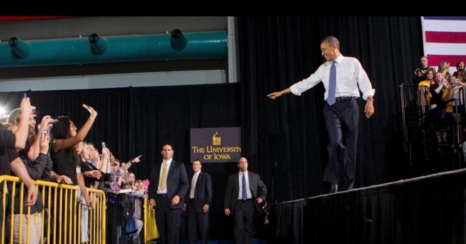 25.abr.2012 - Presidente dos Estados Unidos, Barack Obama, candidato democrata à reeleição se reúne com  estudantes em universidade de Iowa