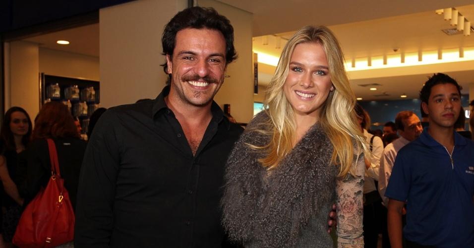 Rodrigo Lombardi e Fiorella Mattheis prestigiam evento em São Paulo (25/4/12)