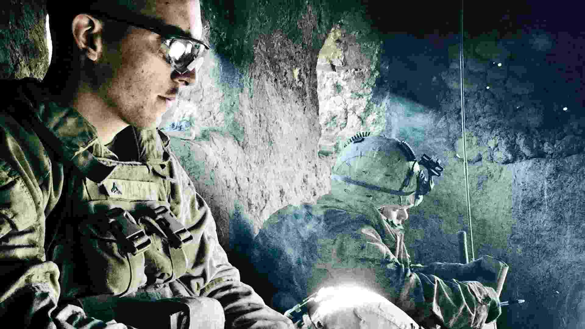 Sargento Kevin Daly fuma um cigarro durante operação militar próxima a Doghaka, em Helmand (7/11/2010)  - BalazsGardi/Basetrack.org