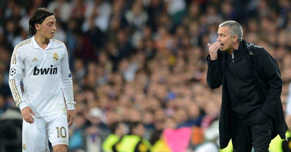 Técnico José Mourinho passa orientações para Mesut Özil durante semifinal da Liga dos Campeões