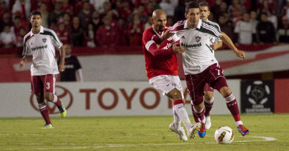 Thiago Neves é marcado por Guiñazu no jogo entre Internacional e Fluminense (25/04/12)
