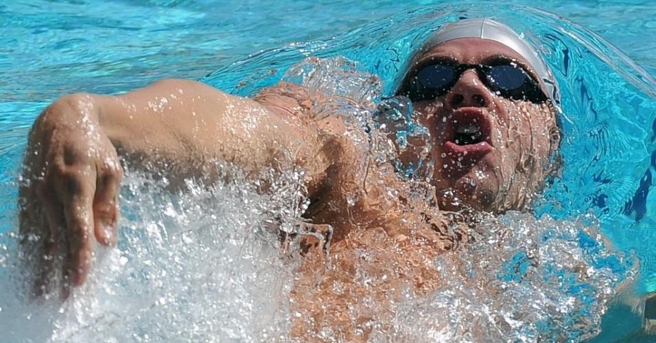 Thiago Pereira nada costas durante a eliminatória dos 200 m medley no Maria Lenk