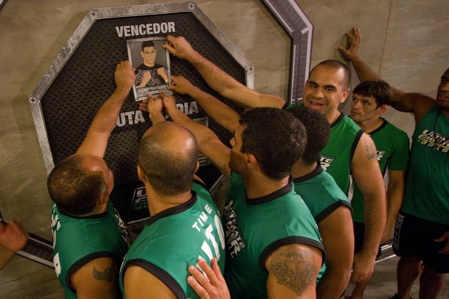 Time de Vitor Belfort comemora vitória de Cezar Mutante, abrindo 4 a 0 contra a equipe de Wanderlei Silva