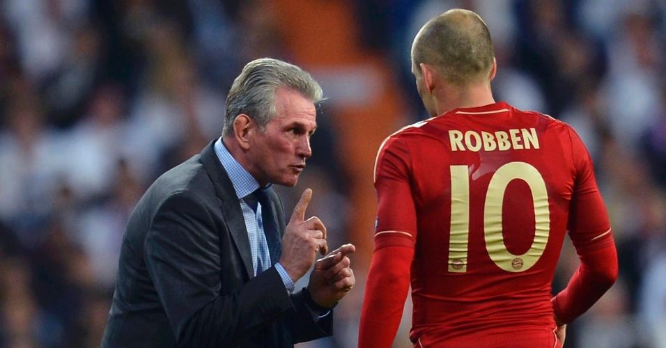 Treinador Heynckes orienta Arjen Robben à beira do campo durante partida da Liga dos Campeões