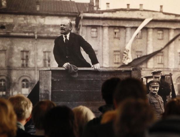 """Visitantes observam foto da exposição """"The Commissar Vanishes"""" (O comissário desparece), em museu de Moscou  - Reuters"""