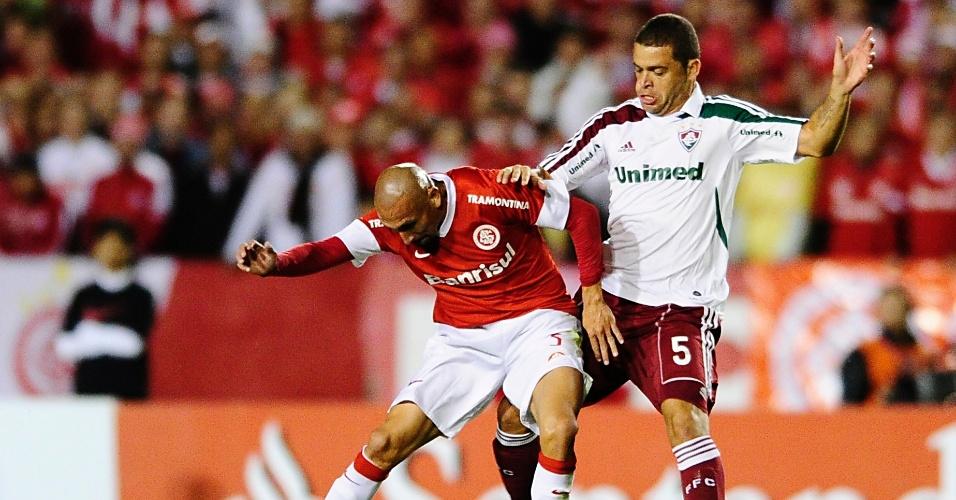 Volante Guiñazu do Inter e Edinho do Fluminense em partida válida pela Libertadores no estádio Beira-Rio (25/04/2012)