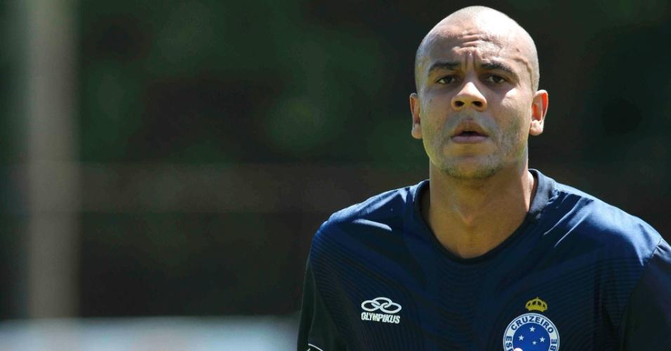 Zagueiro Alex Silva participa de treino do Cruzeiro na Toca da Raposa II (13/4/2012)