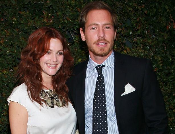 A atriz Drew Barrymore com o noivo Will Kopelman durante jantar beneficente em Malibu, na Califórnia (4/6/11)