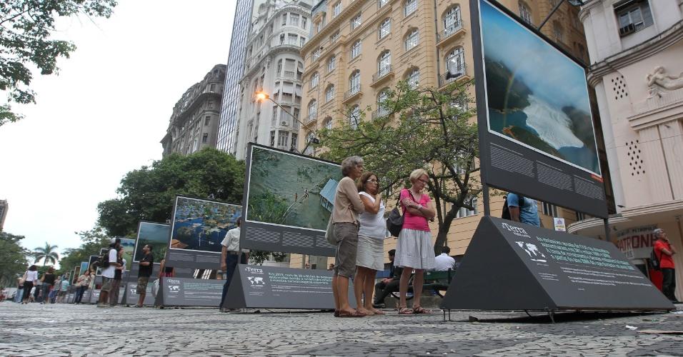 A mostra traz ao público imagens inéditas tiradas também no Rio de Janeiro, como a praia de Ipanema, o piscinão de Ramos e o morro da Coroa no centro