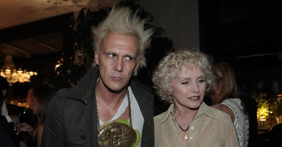 """Cantor Supla e a cantora de punk rock Debbie Harry chegam à festa de aniversário da revista """"Vogue"""" Brasil, na Casa Petra, no Ibirapuera em São Paulo (25/4/12)"""