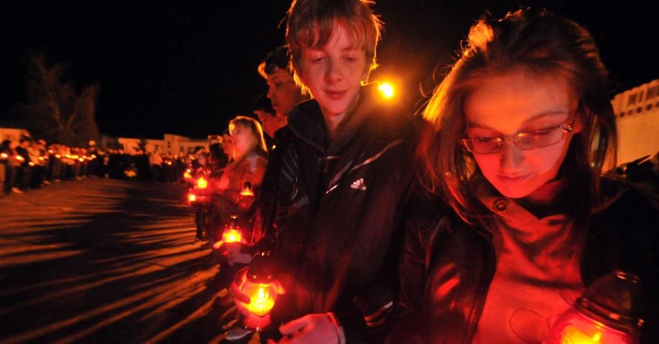 Crianças participam de cerimônia realizada em Slavutych, na Ucrânia, em memória às vítimas da tragédia de Tchernobil