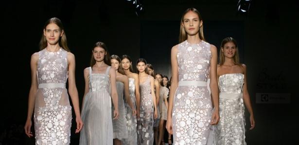 25.abr.2012 - Final do desfile da estilista Gloria Coelho no Bride Style 2012 - Aline Arruda/UOL