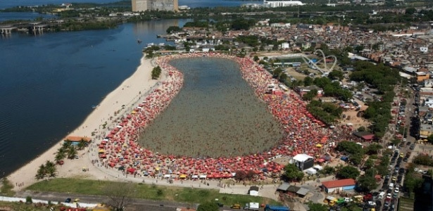 Foto aérea do Piscinão de Ramos, próximo à Baia de Guanabara. O Piscinão teve a sua água despoluída e serve de área de lazer para cariocas da zona norte do Rio