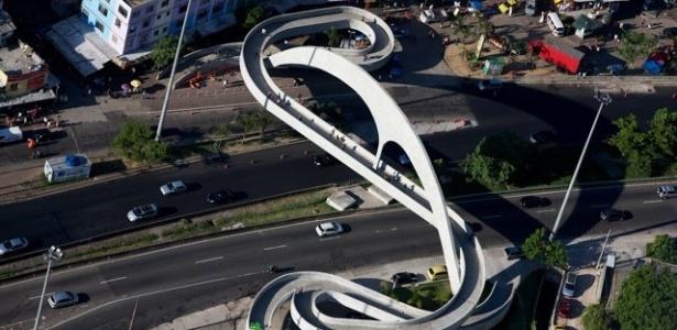 Foto aérea tirada pelo fotógrafo francês quando esteve em fevereiro deste ano no Rio de Janeiro. Imagem mostra a passarela desenhada pelo arquiteto Oscar Niemeyer na favela da Rocinha, em São Conrado