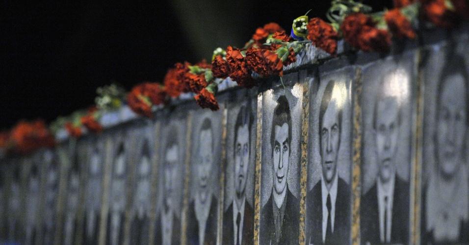 Foto mostra sequência de imagens em cerimônia realizada em Slavutych, na Ucrânia, em memória às vítimas da tragédia de Tchernobil