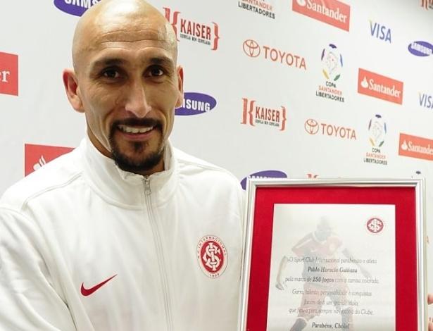 Guiñazu recebeu placa após completar 250 jogos pelo Internacional (26/04/12)