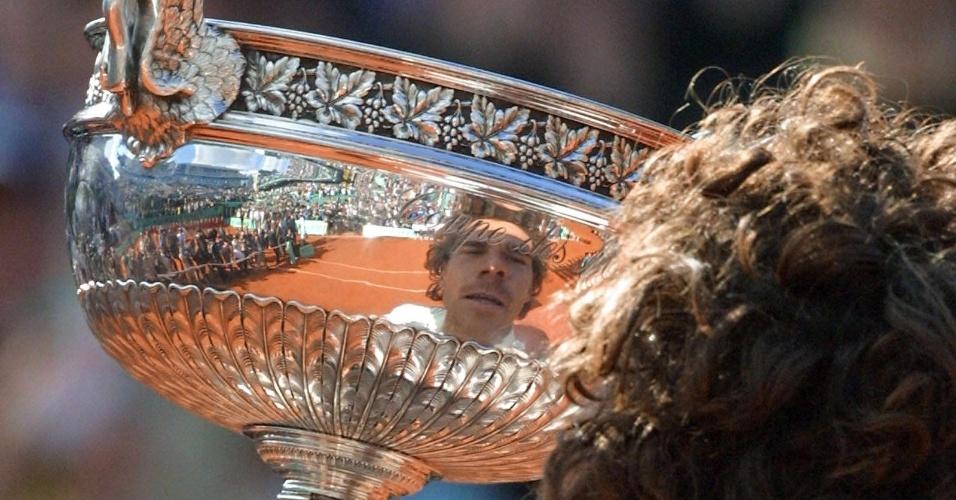 Gustavo Kuerten beija troféu de Roland Garros em 1996, após vencer Alex Corretja