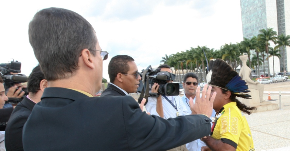 No segundo dia do julgamento sobre a política de reserva de cotas raciais nas universidades brasileiras, o índio guarani Araju Sepeti foi expulso da sessão do plenário do STF (Supremo Tribunal Federal) após interromper por mais de uma vez o voto do ministro Luis Fux