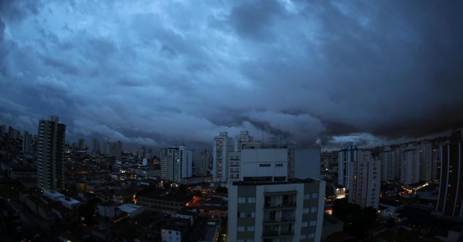 Nuvens escuras encobrem o céu na cidade de São Paulo