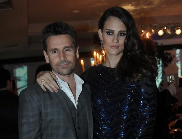 """O ator Murilo Rosa e a mulher, a modelo Fernanda Tavares, na festa de aniversário da revista """"Vogue"""" Brasil, na Casa Petra, no Ibirapuera em São Paulo (25/4/12)"""